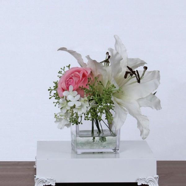 Бяла лилия и розова роза